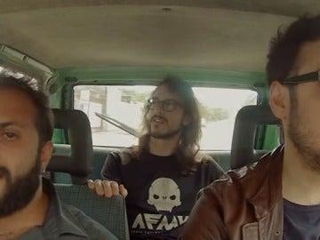 Tres amigos cantando 'Despacito'