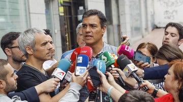Pedro Sánchez con los medios de comunicación