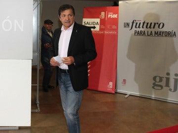 Javier Fernández vota en las primarias del PSOE en Gijón