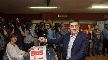 Patxi López deposita su voto en un centro de votación