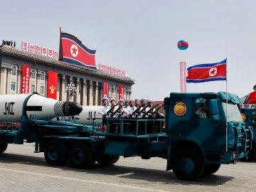 Un vehículo militar con dos misiles a bordo participa en un desfile en Pionyang