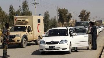 Oficiales de seguridad afgano registran a varios ciudadanos en un puesto de control en Helmand, Afganistán