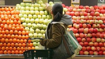 Una joven compra en el supermercado