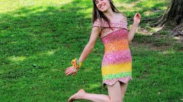 Emily Seilhamer con su vestido elaborado con envoltorios de caramelos