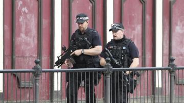 Policías patrullan los alrededores del Manchester Arena