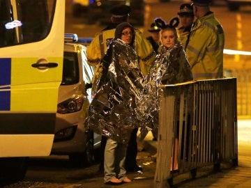 Varias personas a las afueras del Manchester Arena tras el atentado