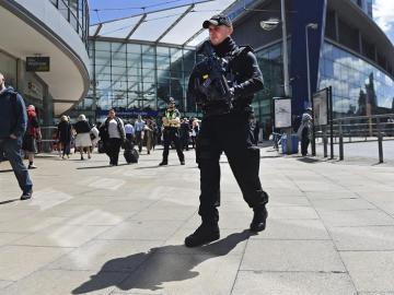 Un policía en las inmediaciones del Manchester Arena