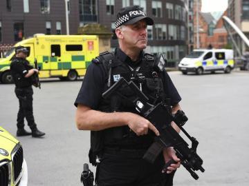 Un policía británico monta guardia en las calles de Manchester.