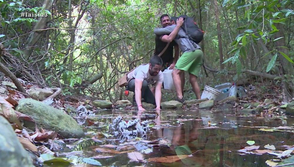 Los aventureros encuentran agua dulce