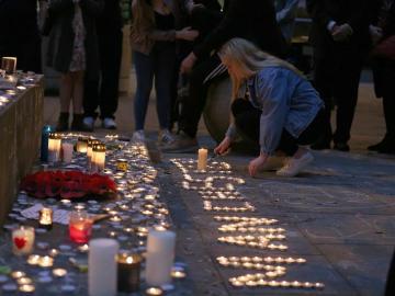Cientos de personas participan en una vigilia en honor a las víctimas del atentado de Mánchester