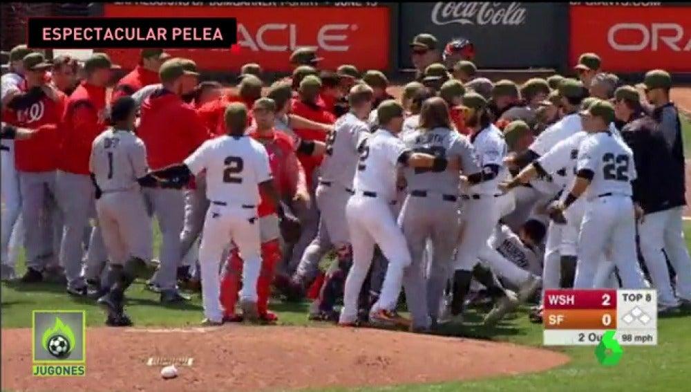 Frame 22.613333 de: La espectacular pelea en un partido de béisbol en Estados Unidos