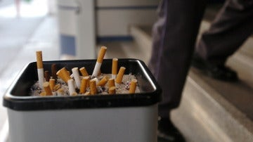 Imagen de un cenicero con varios cigarrillos apagados