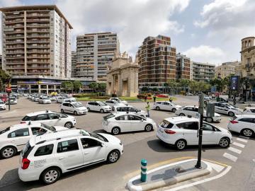 """Taxistas de toda España protestan en Madrid contra la """"competencia desleal"""" de Uber y Cabify"""