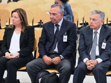 El expresidente de la Caja de Ahorros del Mediterráneo (CAM) Modesto Crespo (d), y los ex directores generales, Roberto López Abad (c) y María Dolores Amorós (i)