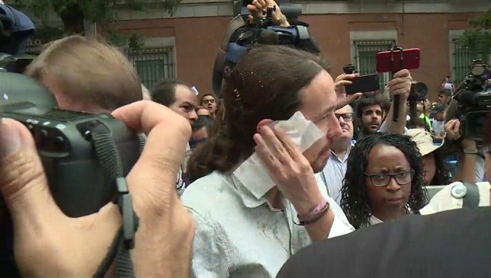 Un huevo lanzado por un manifestante impacta en uno de los representantes del sector y salpica a Pablo Iglesias