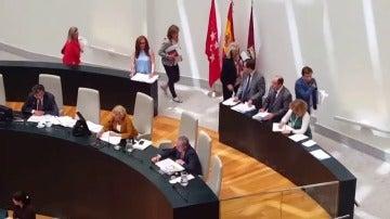 """Frame 26.03669 de: El Partido Popular abandona el pleno del Ayuntamiento después de que un concejal de Ahora Madrid les llamara """"ladrones"""""""