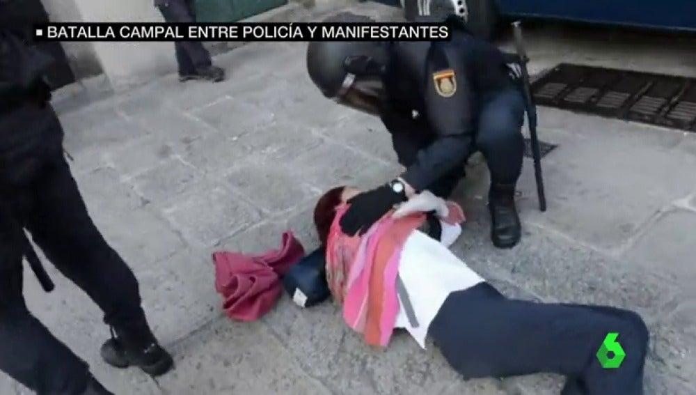 Una mujer en el suelo y un agente
