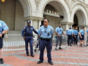 Agentes frente al Hotel Trump International