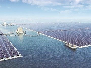 La planta flotante solar más grande del mundo