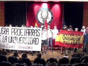 15 jóvenes irrumpen un acto de César Strawberry y los titiriteros de 'Gora Alka-Eta'