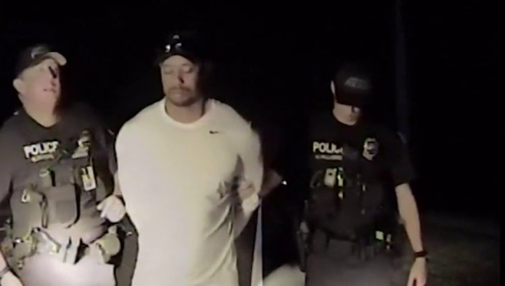 Frame 13.542838 de: El vídeo de la detención de Tiger Woods: aturdido, descalzo, sin contestar a los agentes...