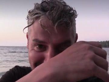 Legi llora de emoción al encontrar agua en La Isla