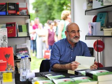 Fernando Aramburu firmando ejemplares de 'Patria' en la Feria del Libro de Madrid