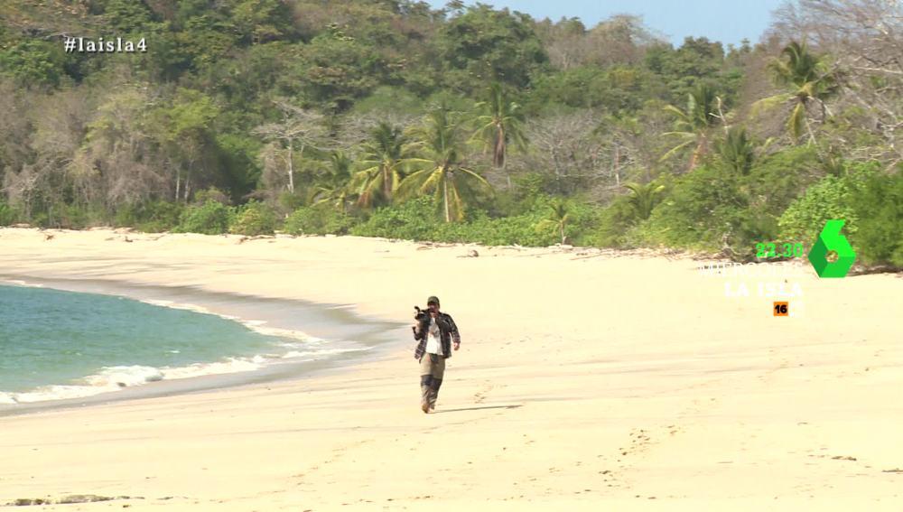 La llegada de un nuevo aventurero provoca distintas reacciones en los hombres de La Isla