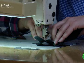 Una mujer cosiendo en un taller