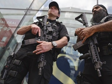 Agentes de policía británicos patrullan el centro de Manchester, en el Reino Unido