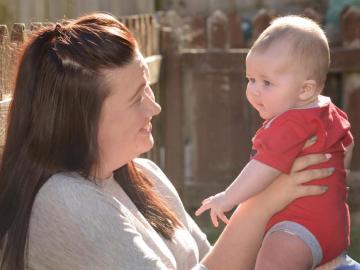 Stephanie Thompson junto a su bebé