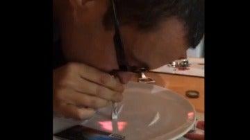 Imagen del vídeo en el que aparece el cura esnifando cocaína en su casa