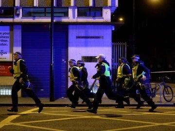 Policías británicos corren hacia el Puente de Londres