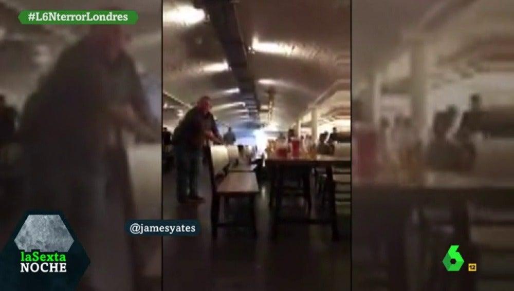 Frame 7.903751 de: La policía británica entra en un bar cercano al Puente de Londres y pide a la gente que se tire al suelo