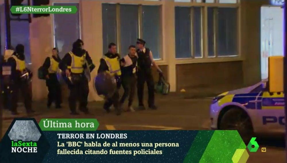 Frame 16.373673 de: Las imágenes del momento de la detención de uno de los sospechosos acusado de haber provocado el pánico en Londres