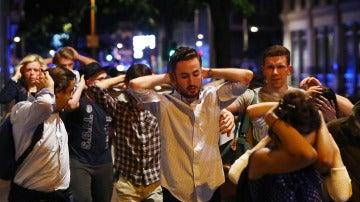 Un grupo de personas evacuadas tras el doble atentado terrorista en Londres