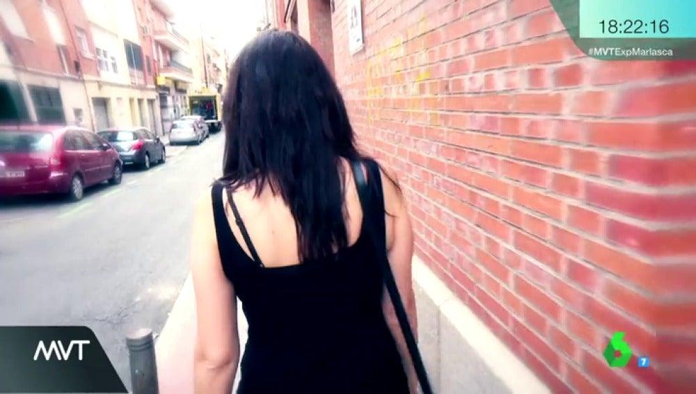 Una mujer camina sola por la calle