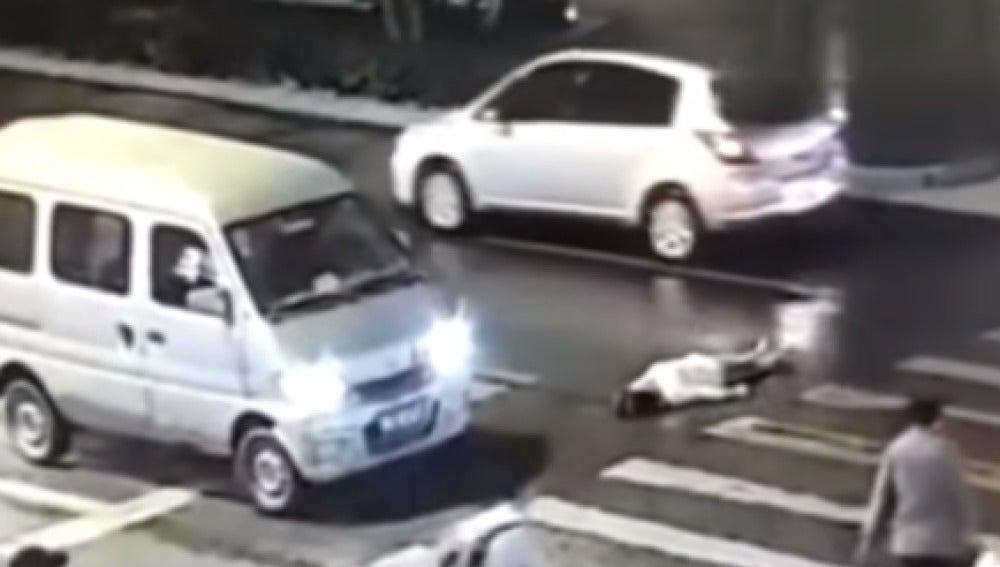 Atropellan dos veces a una mujer en China