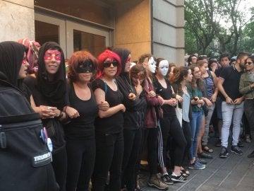 Manifestantes intentan impedir una actuación de Jorge Cremades