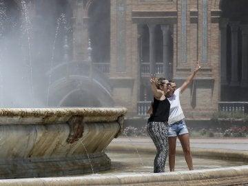 Turistas en la plaza de España de Sevilla