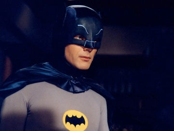 Adam West interpreta a Batman en la serie de televisión