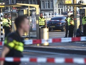 Un coche arrolla a varias personas cerca de la estación de Ámsterdam