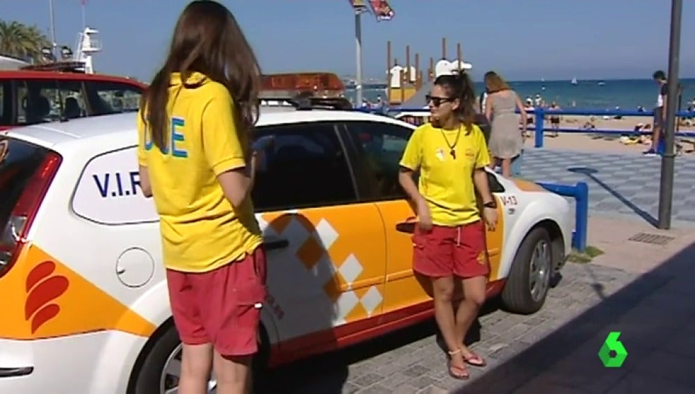 Los socorristas de la playa de Alicante en huelga para denunciar los recortes de personal y medios