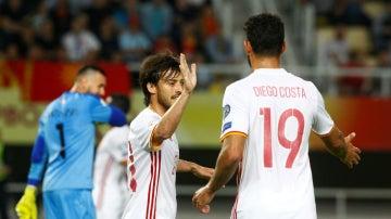 Silva y Diego Costa celebran un gol