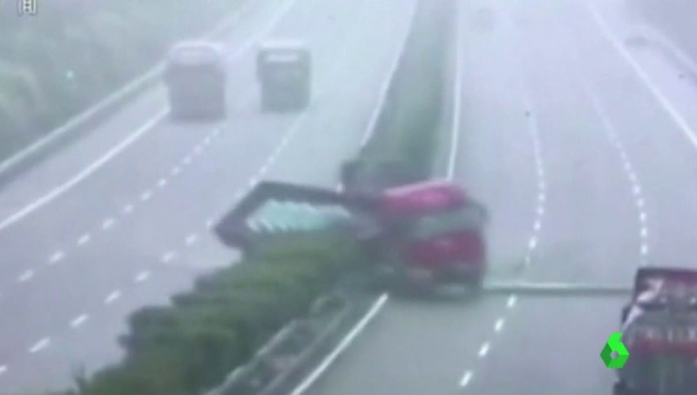 El camión antes de chocar contra los vehículos