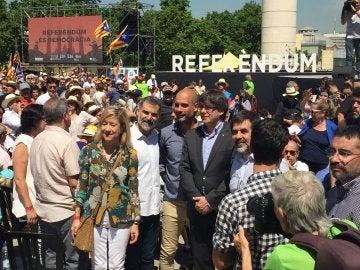 Josep Guardiola y Carles Puigdemont en el acto de apoyo al referéndum