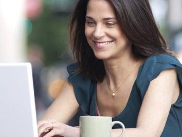 Una chica con un ordenador