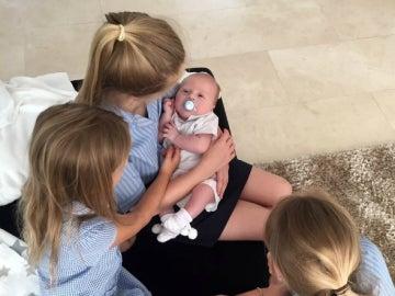El hijo de Gerrard, con sus tres hermanas