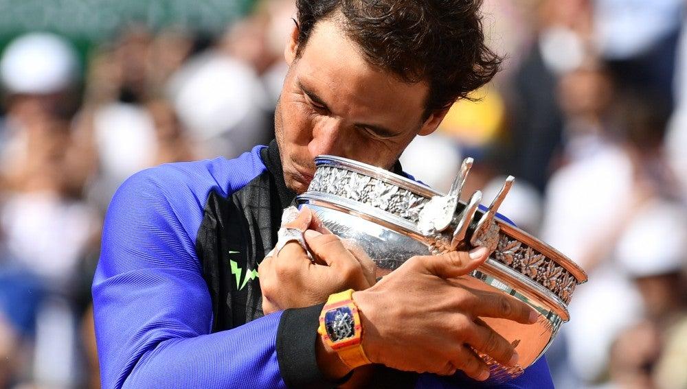 Rafa Nadal abraza emocionado el trofeo de Roland Garros