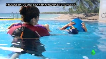 Un menor en una piscina